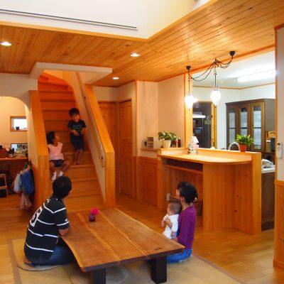家族団らんの家。家族の愛情を感じる二階建て住宅。