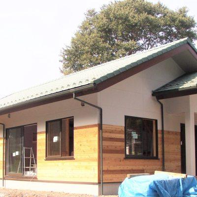 吹抜けの丸太梁が特徴的な、お客様が集めた木材をふんだんに使った平屋住宅