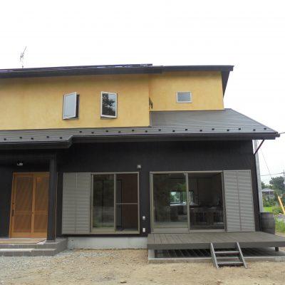 十和田石の浴槽とヒノキの板張りで仕上げた36坪2階建住宅