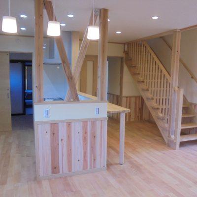 自然素材いっぱいのお家全体が気持ちよい空気に包まれた2階建て住宅
